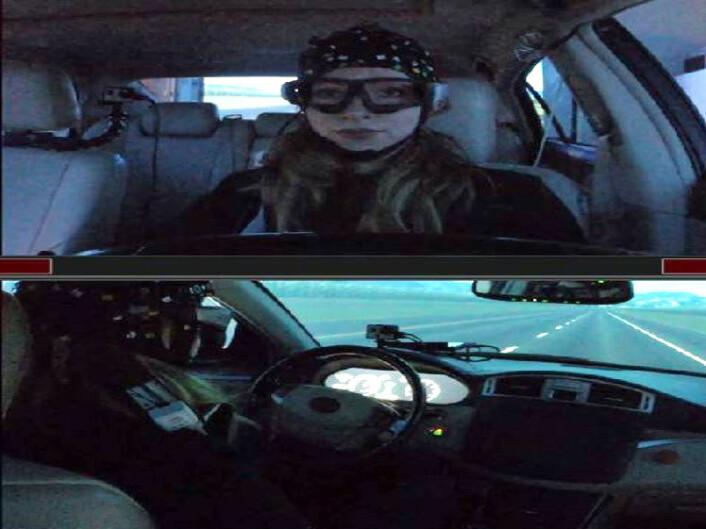 Stephanie Balters har brukt bilsimulatoren ved Stanford University i forskningen. Her er hun bak rattet i simulatoren. (Foto: Stephanie Balters)