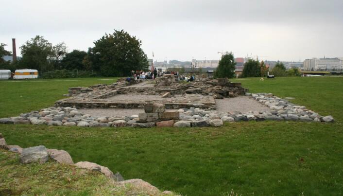 Slik ser Clemenskirke-ruinene ut i dag. (Foto: Sissel Ramstad Skoglund / Riksantikvaren CC BY 4.0)