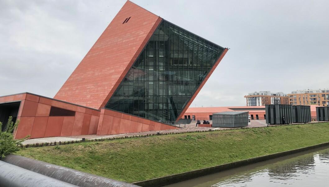 Nesten en milliard kroner har Polen brukt på det nye og imponerende Museet for 2. verdenskrig i Gdansk – byen der 2. verdenskrig ble startet av nazistene. Selve museet ligger begravd i bakken under dette tårnet. (Foto: Bård Amundsen/forskning.no)