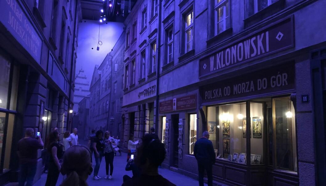 Museet for 2. verdenskrig i Gdansk er populært og tidvis har det vært kø for å komme inn. I museet – som ligger begravd under bakken – kan du oppleve hele gater fra gjenskapte polske byer før krigen brøt løs. (Alle foto: Bård Amundsen/forskning.no)