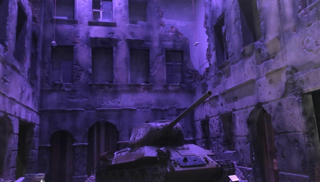 Landets hovedstad Warsawa var en ruinhaug etter krigen, over 80 prosent av bygningsmassen var ødelagt. Det samme var flere andre polske byer. Også industri, landbruk og kulturskatter ble ødelagt. Ødeleggelsene av en gate er gjenskapt i full skala i museet under bakken. (Foto: Bård Amundsen)