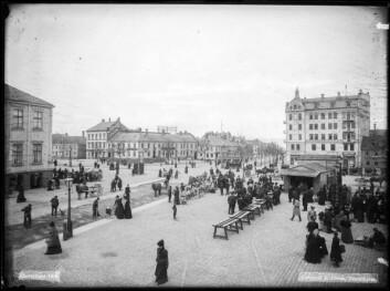 Torvets sørøstre kvadrant i 1908 Foto: NIKU