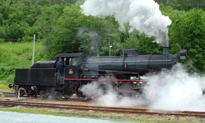 Fram til 2007 gikk dette damplokomotivet i turisttrafikk på Raumabanen mellom Dombås og Åndalsnes. Damplokomotiv gikk ut av vanlig drift i 1970. (Foto: Clemensfranz, CC BY-SA 3.0)
