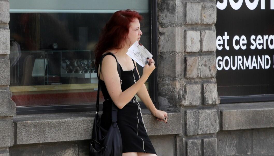En kvinne sliter i varmen i Lille i Nord-Frankrike mandag. Franske myndigheter advarer om intens hete denne uka som følge av varme vinder fra Sahara. (Foto: Michel Spingler, AP, NTB scanpix)