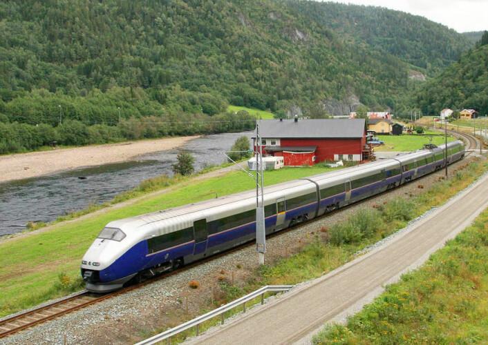 – Jernbanen har sin fordel der man skal frakte veldig mye veldig langt, ifølge Therese Skåtun i Jernbaneverket. Her passerer NSBs tog Signatur Krogstadsanden rett nord for Støren i 2008. (Foto: Sveins, CC BY-SA 3.0)