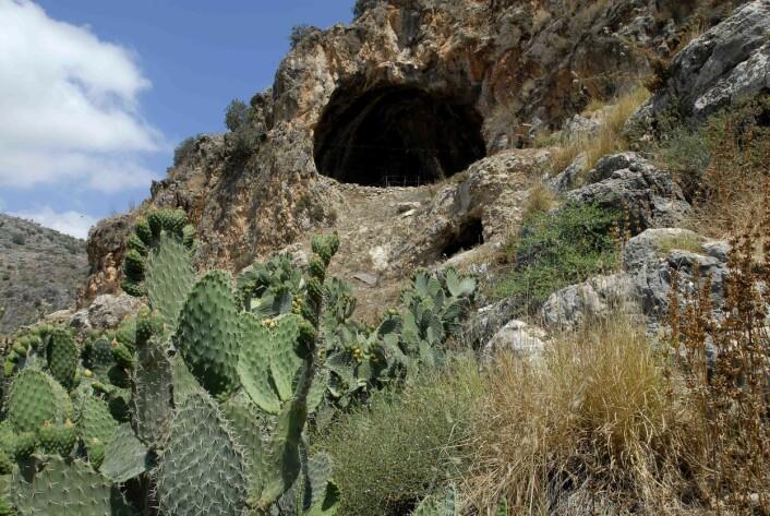 Hulen ligger nord i Israel. Flere steinaldermennesker er begravet der, men bare en av dem har en forseggjort grav. (Foto: Leore Grosman)