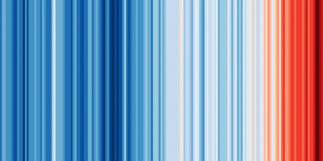 Illustrasjonen minner litt om det franske flagget, trikoloren. Men det er faktisk en visualisering av gjennomsnittstemperaturer fra 1850 og fram til i dag. (Illustrasjon: Ed Hawkins, showyourstripes.info)