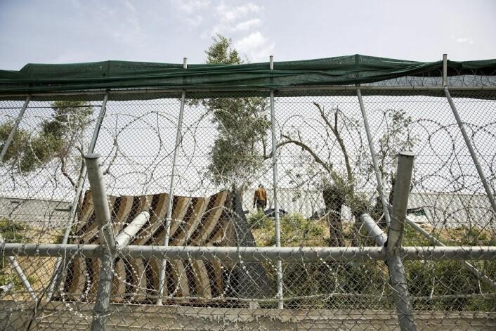 Flyktninger holdes innenfor høye piggtrådgjerder i Moria-leiren på Lesvos i Hellas. (Foto: Tore Meek / NTB scanpix)