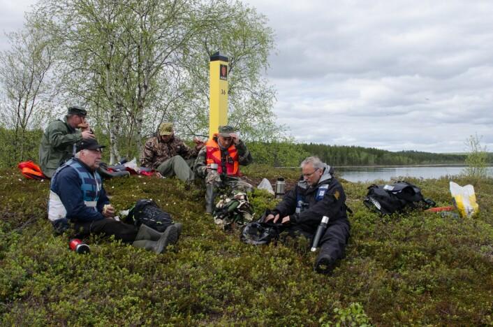 Norske og russiske vannfugltellere samlet til felles lunsj på Råkoppisaari. (Foto: Morten Günther)