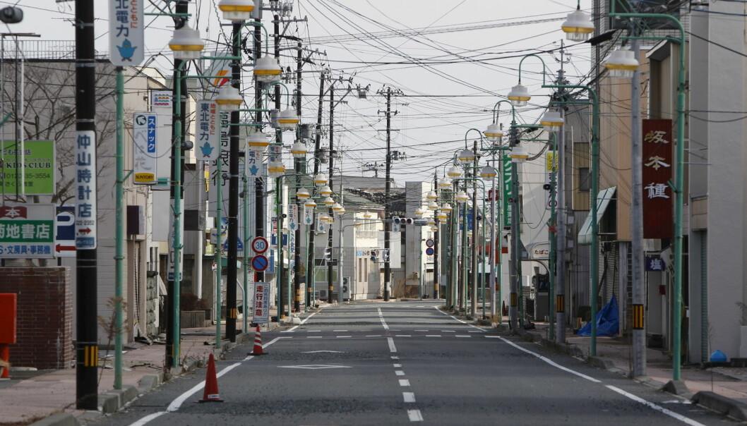Massemediene påvirker hvordan folk opplever risikoen ved stråling, skriver kronikkforfatteren. Bildet er fra en tom handlegate i byen Tomioka etter ulykken ved Fukushima kjernekraftverk i 2011.  (Foto: Reuters / NTB Scanpix)