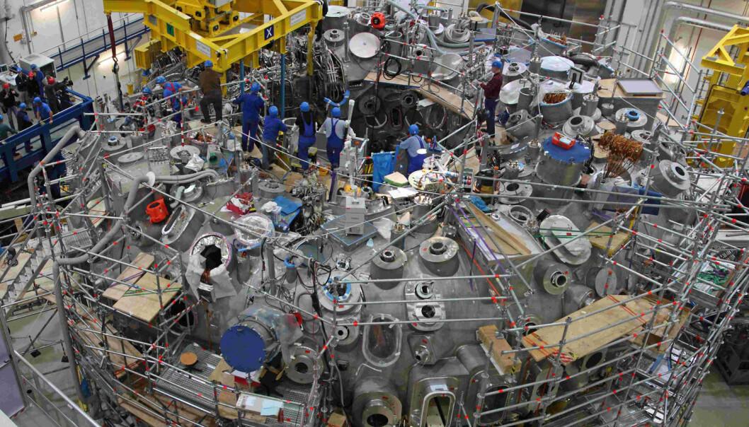 Dunder-smultringen Wendelstein 7-X under bygging i 2011. Nå skal maskinen oppgraderes med karbonfliser - til nye forsøk med enda mer varme.  (Foto: Max-Planck-Institut für Plasmaphysik, Tino Schulz)