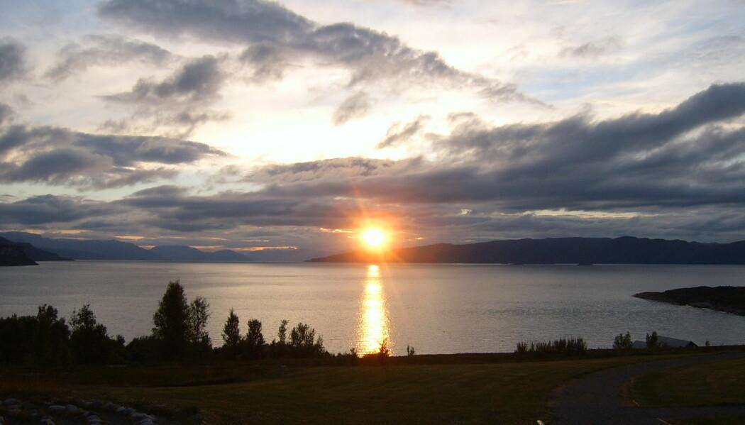 Midnattssol kan være et praktfullt skue – som her fra Altafjorden – men for verdens mest tallrike fiskeslag skaper lyset en barriere mot etablering i nord. (Foto: VBerger/wikimedia commons https://commons.wikimedia.org/wiki/File:Altafjord01.jpg)