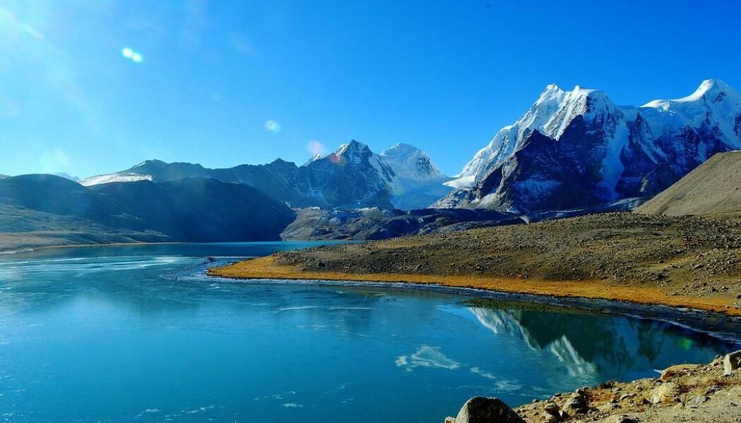 Dette er Gurudongmar-innsjøen med smeltevann i Sikkim i Nord-India. (Bilde: Ajain0729/CC BY-SA 4.0)