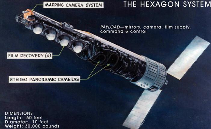Plansje om KH-9-satellittene. De hvite kapslene til venstre ble sendt ned til jorden med film for framkalling. Satellitten er rundt 18 meter lang (Bilde:National Reconnaisance Office)