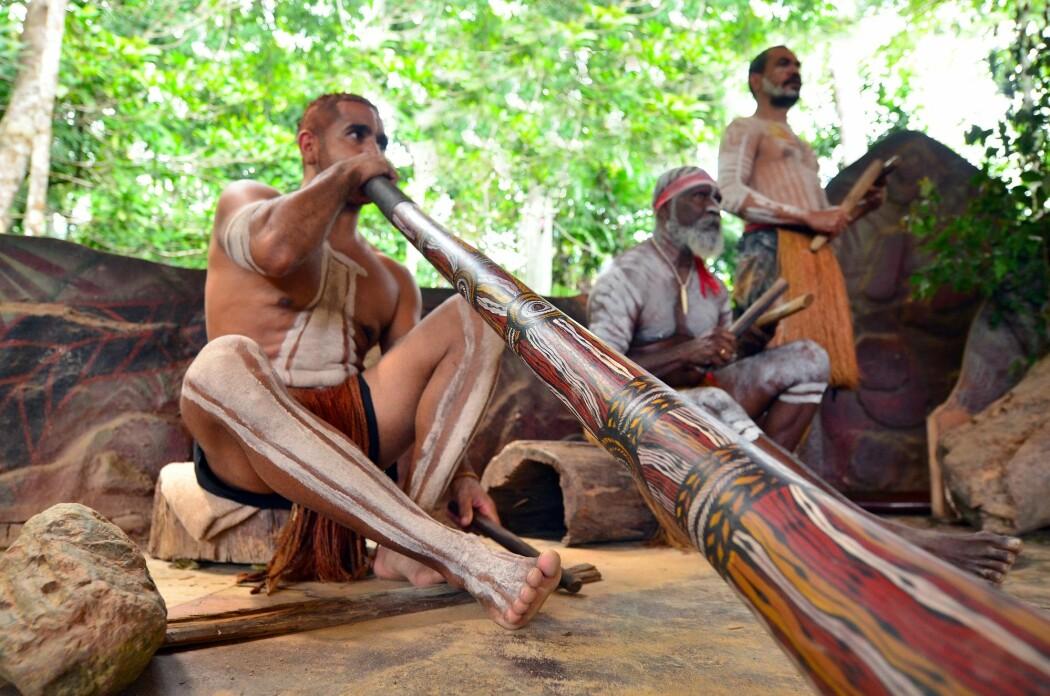 Reisen over til Australia for flere titusener av år siden var nøye planlagt, ifølge ny studie. Her ser du australske urfolk fra yirrganydji-stammen som spiller på didgeridoo og andre tradisjonelle instrumenter. (Foto: ChameleonsEye, Shutterstock, NTB scanpix)