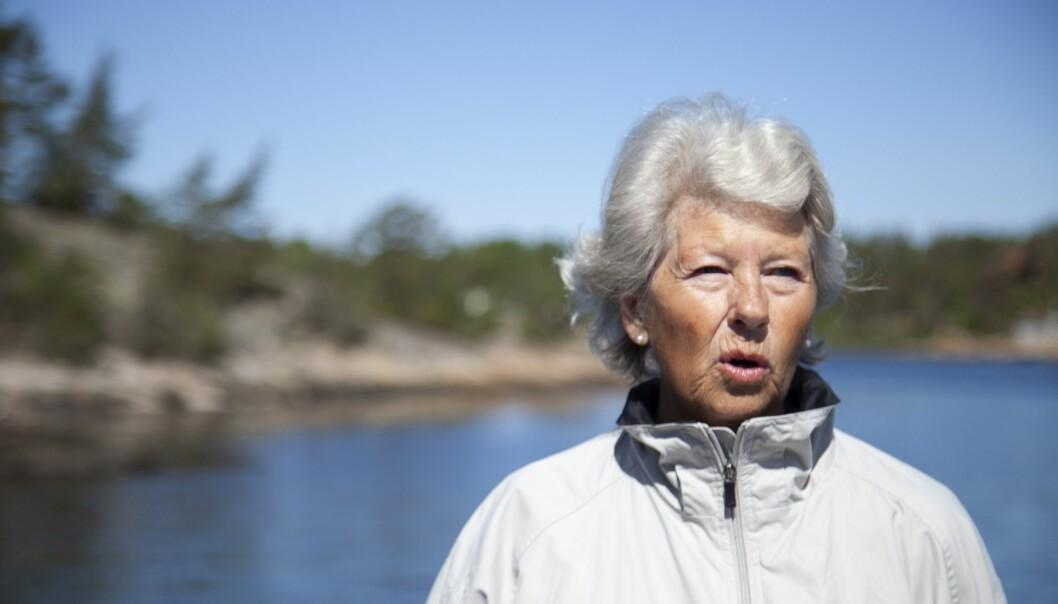 – Vi er ofte ute og går tur, og det er deilig, sier Tove-Britt Olsen mens hun står omgitt av sjø, skog og fargerike, duftende blomster. (Foto: Tove Rømo Grande / NMBU)