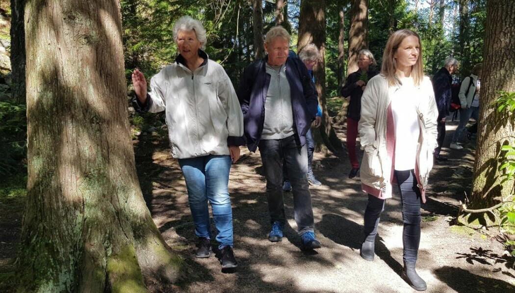 Lina Ellingsen-Dalskau (til høyre) er en av forskere som har observert aktiviteter på gårder som tilbyr demensomsorg. Her på tur med brukere på Stene gård. (Foto: Tove Rømo Grande / NMBU)