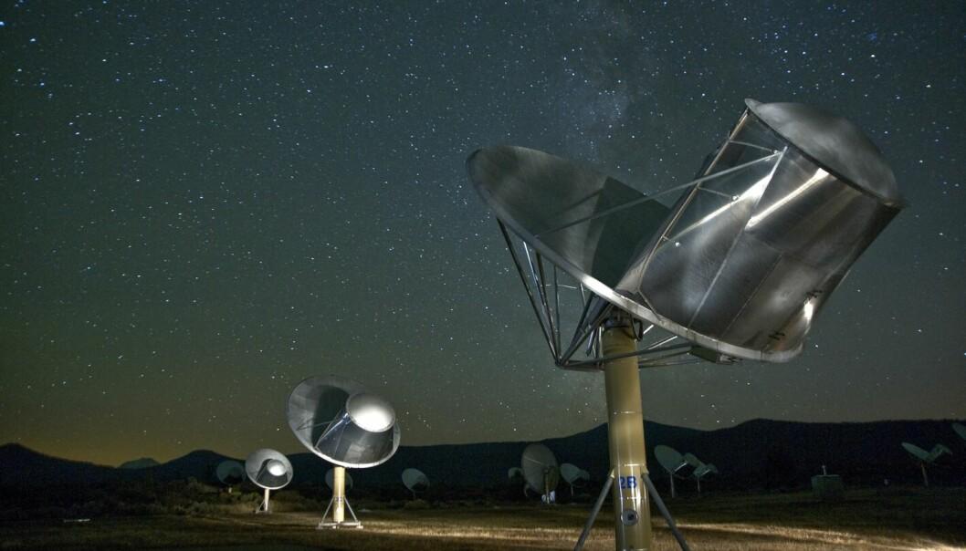 Allen Telescope Array i California brukes av organisasjonen SETI for å lete etter radiosignaler fra fjerne sivilisasjoner. For å finne ET må vi utvide hjernene våre bortenfor en dypt rotfestet jord-sentrisk perspektiv og vurdere begreper vi har tatt for gitt på ny, skriver lederen for SETI, Nathalie A. Cabrol, i en kommentar i tidsskriftet Astrobiology. (Foto: Science Photo Library)