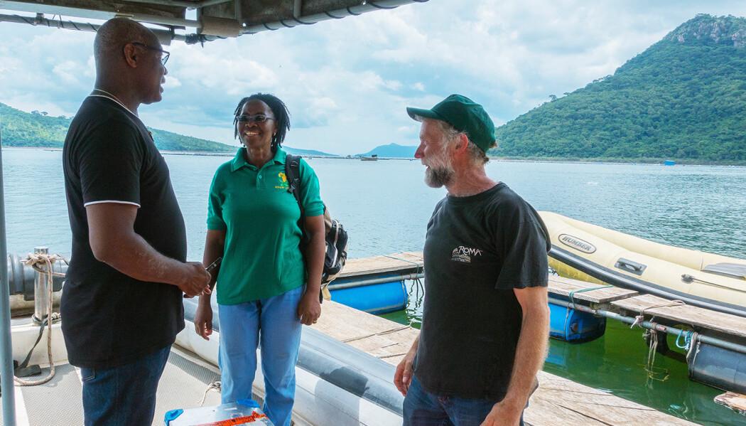 Fra venstre: Seksjonsleder og spesialrådgiver Kofitsyo Cudjoe ved Veterinærinstituttet, lokal representant og avdelingsdirektør for Fiskehelse ved Veterinærinstitutte, Edgar Brun. (Foto: Mona Dverdal Jansen)
