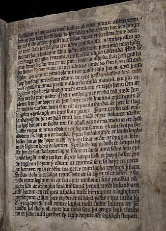 En side fra Magnus lagabøtes landslov av 1274. Denne utgaven fra 1300-tallet ligger for tida på Nasjonalbiblioteket, etter å ha vært 500 år i Danmark. (Foto: Rami Tayeh/Nasjonalbiblioteket)