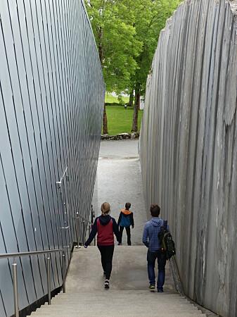 Steinveggene langs det nye museumsbygget er skåret gjennom 400 millioner år gamle kalkskifre. Foto: Ane K. Engvik