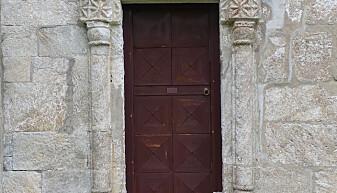Alstahaugs kirke bygget i kleberstein er med på å trekke stedets historie tilbake i geologisk tid. Flotte detaljer i kirkas fasade er skåret ut i steinen. Foto: Ane K. Engvik