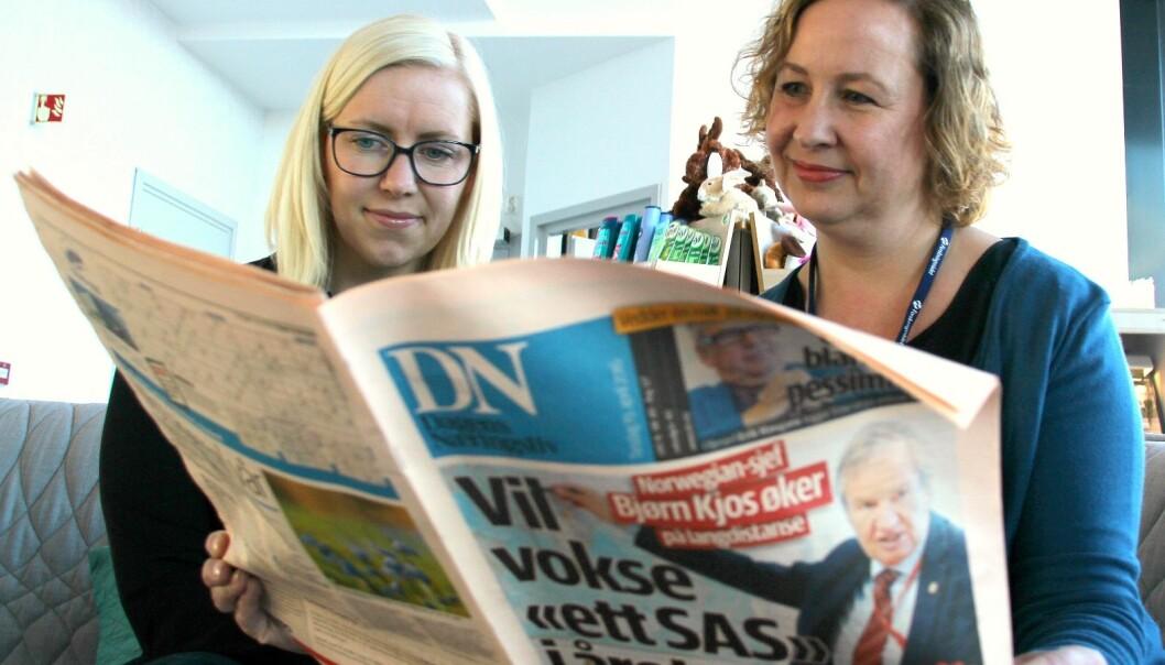 Marit Shcei Olsen (t.v.) og Tonje C. Osmundsen har lest 1304 artikler om lakseoppdrett i tre nasjonale, tre regionale og tre lokalaviser i 2012, 2013 og 2014. Nesten en tredjedel av artiklene fant de i Dagens Næringsliv.  (Foto: Torkil Marsdal Hanssen)