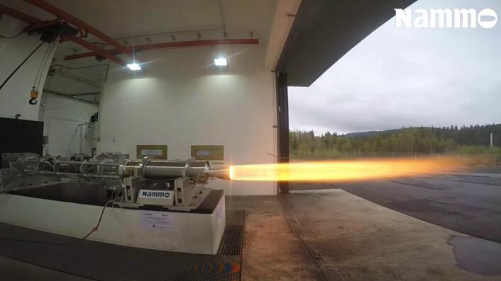 Prøveavfyring av rakettmotoren til NAMMO. (Foto: NAMMO)