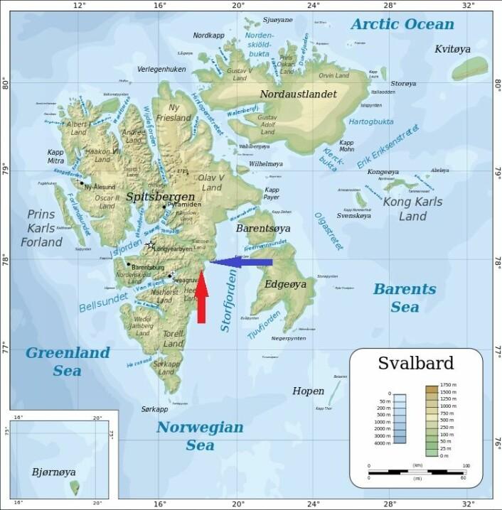 Den røde pilen viser omtrent hvor fossilet ble funnet. Den blå pilen viser hvor forskere tidligere har oppdaget fotspor etter dinosaurer. (Foto: (Kart: Oona Räisänen/Wikimedia commons/Redigert av forskning.no))