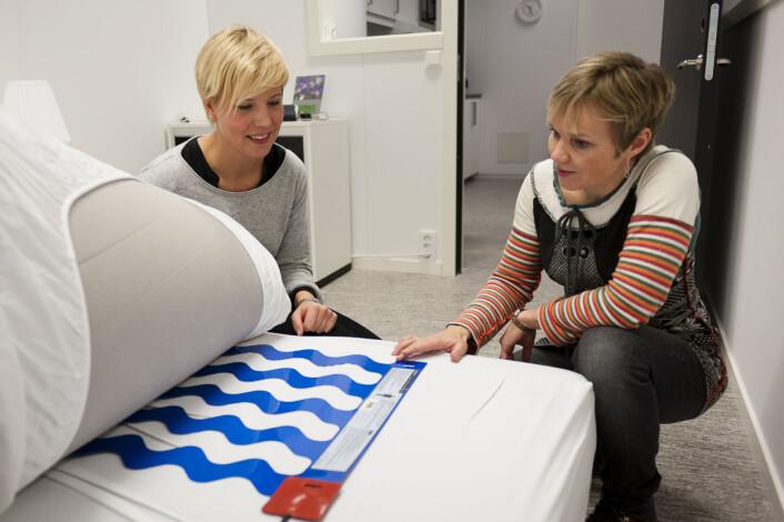 På høgskolen i Bergen har de et eget omsorgsteknologilaboratorium for studenter på videreutdanningen i omsorgsteknologi. Alle rom i laboratoriet er utstyrt med teknologiske løsninger som kan gjøre hverdagen tryggere og mer oversiktlig for beboere, pårørende og ansatte. (Foto: Kenneth Nodeland / Høgskolen i Bergen)