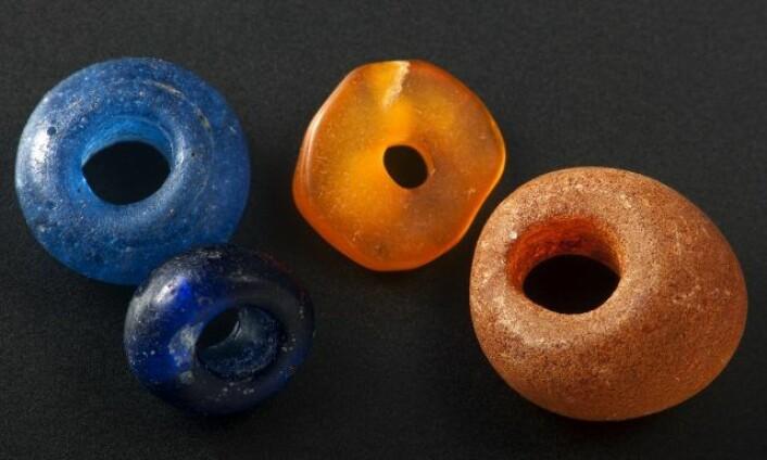 Perler av glass og rav fra fjorårets undersøkelse. Funnet i avfallslag Foto: Åge Hojem, NTNU Vitenskapsmuseet