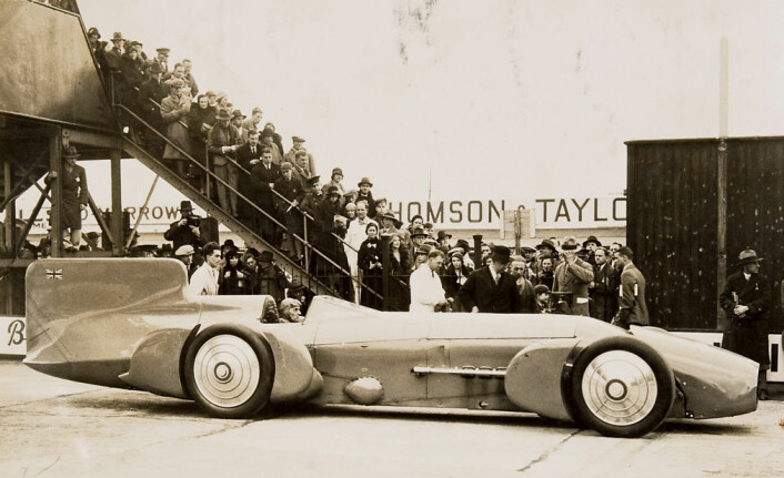 Sir Malcolm Campbell bak rattet på Blue Bird i 1930. I 1935 satte han den første fartsrekorden på saltsletta Bonneville i Utah. (Foto: Powerhouse Museum)