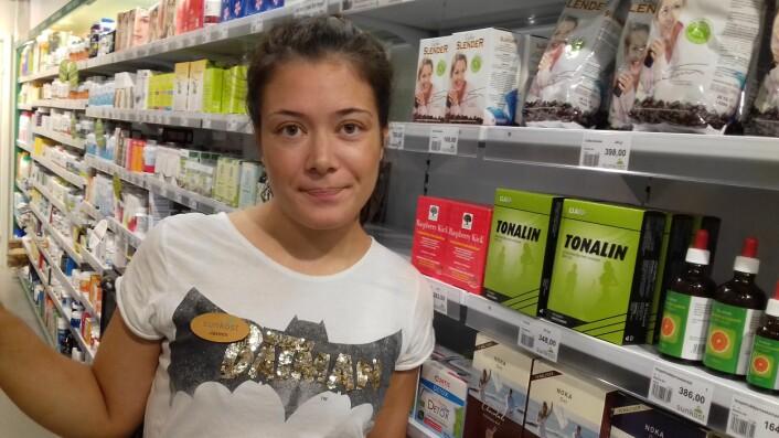 Jasmin Marø selger slankeprodukter på Storo shoppingsenter. Selv mener hun at det må mer til for å gå ned i vekt. (Foto: Nina Kristiansen)