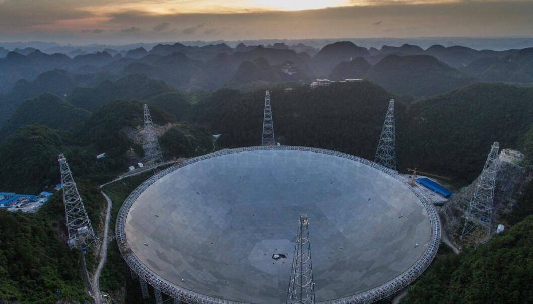 Det kinesiske radioteleskopet FAST blir det største i sitt slag når det står klart til bruk høsten 2016. Det er bygget i en naturlig grop i landskapet, en halv kilometer i diameter. Teleskopet skal blant annet lytte etter signaler fra roterende stjerner, pulsarer. Slike signaler kan avsløre gravitasjonsbølger og vise forskerne vei mot den store forente teorien om naturkreftene.  (Foto: Sipausa, Xinhua)