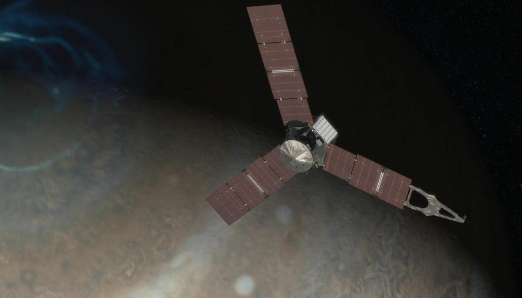 Juno skal fly i bane over Jupiters poler og blant annet studere de kraftige magnetfeltene som lager nordlyset. Juno kommer nærmere planeten enn noen gang tidligere. Instrumentene om bord skal også trenge ned i skylagene rundt kjempeplaneten for å se hva de er laget av og hvordan stormene som lager skybeltene oppstår. Juno er det første romfartøyet som får elektrisk strøm fra solpaneler så langt ute i solsystemet. (Illustrasjon: NASA/JPL-Caltech)