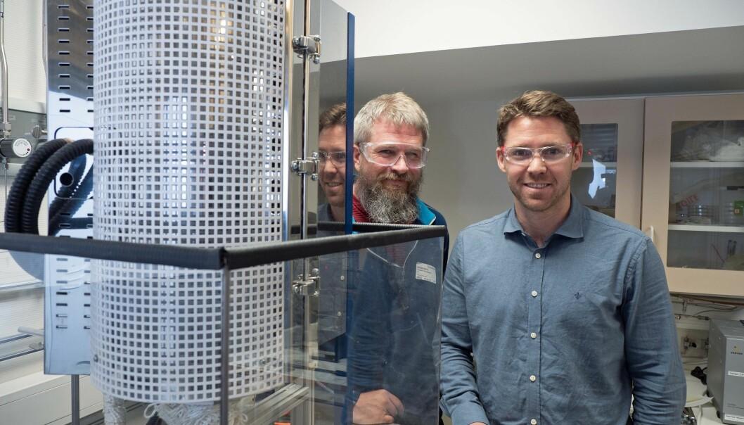 Ragnar Strandbakke (til venstre) og Einar Vøllestad er de første som har fått til å produsere hydrogen i industriell skala med vanndamp under høyt trykk. (Foto: Georg Mathisen).