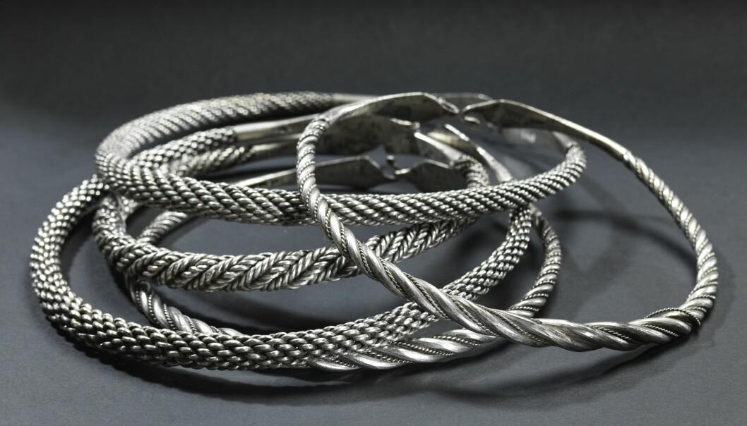 Nå - 250 år etter disse halsringene ble funnet, er de tilbake i Rogaland, og utstilt på Arkeologisk museum i Stavanger. (Foto: Annette Øvrelid, Arkeologisk museum, UiS).
