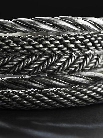 Det er ikke funnet halsringer av sølv i vikingtidsgraver. Så dermed ser det ut til at halsringer ikke var en del av en standard drakt. Linn Eikje Ramberg tolker sølvringene fra Sæbø som et offerfunn. (Foto: Annette Øvrelid, Arkeologisk museum, UiS).