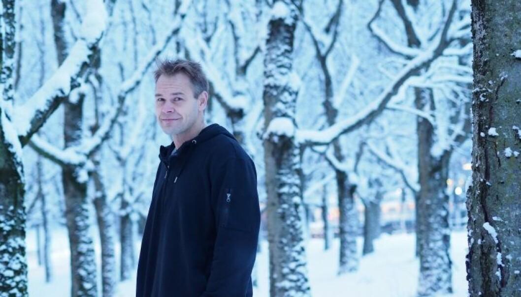 Forsker på avskogning: Økonomiprofessor Bård Harstad, her blant vinterlige trær på Blindern, får Kempe-prisen for beste artikkel om avskoging. (Foto: Ola Sæther/ Apollon)