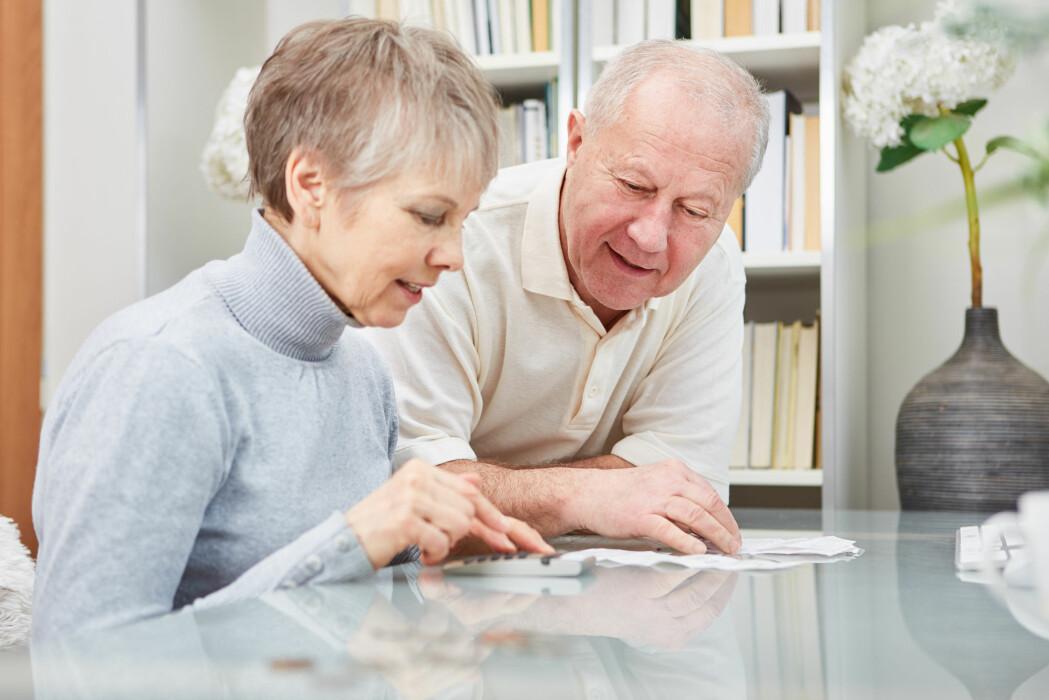 I 2017 hadde eldre menn en gjennomsnittlig inntekt på 526 000 kroner. Det var 1,5 ganger mer enn kvinner. (Illustrasjonsfoto: Robert Kneschke / Shutterstock / NTB scanpix)