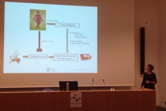 Lieselot Decroix fotografert i øyeblikket hun sier «12 veltrente menn». Decroix presenterte sine funn om kakao og trening på konferansen Science & Cycling. (Foto: Eivind Torgeren)