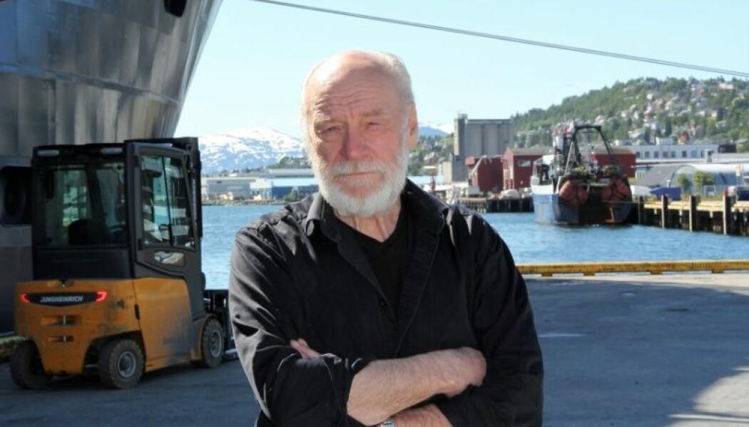 """Leder for UiTs """"Nordpol-tokt"""", professor i marinbiologi Hans Christian Eilertsen foran forskningsskipet Kronprins Haakon. (Foto: Trude Haugseth Moe)"""