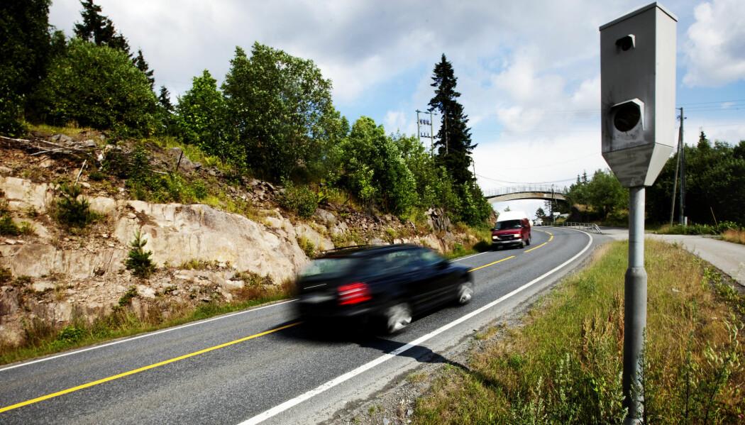 Fotobokser er tiltak som har god innvirkning på bilisters fart, viser forskning. Men regjeringen vil ikke ha flere strekningsmålere. Bildet er av en fartsmåler på Sollihøgda. (Foto: Kyrre Lien/Scanpix/NTB)