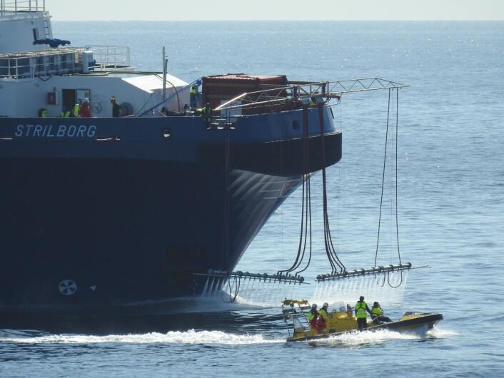 Her prøves ut en helt ny teknikk, med høytrykksspyling av oljen for å «knuse» den og gjøre det lettere å få oljen nedblandet i sjøen. (Foto: Arne Follestad)