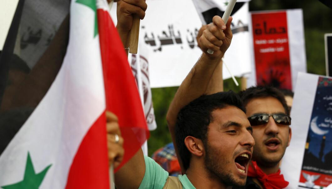Anti-Assad-demonstranter utenfor den syriske ambassaden i Ankara i 2011. Er det psykologi som får folk til å vende seg mot en tidligere populær leder? (Foto: Umit Bektas, Reuters, NTB scanpix)