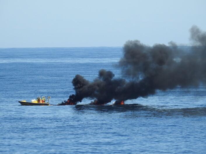 Helt nytt i år var forsøk på å antenne en tynn oljefilm, for å brenne opp de lettere komponentene av oljen, som lettest kan skade sjøfugl. Forsøkene var vellykket, så slik brenning kan kanskje senere bli en del av den norske oljevernberedskapen. (Foto: Arne Follestad)