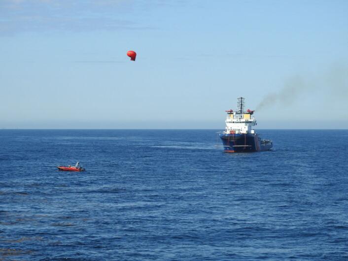 Her overvåkes oljen på sjøen ved hjelp av en ballong med avansert fotoutstyr påmontert, og det tas prøver for å studere oljens egenskaper en tid etter utslippet. (Foto: Arne Follestad)