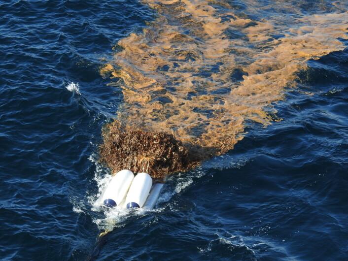 Det ser ikke pent ut når oljen pumpes på sjøen, men her gjøres det for å kunne teste ut siste nytt i norsk oljevernberedskap. (Foto: Arne Follestad)