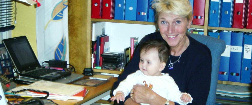 Barnebarna betyr mye for Anne-Lise Børresen-Dale, som brått ble enke. Her har sitt første barnebarn, lille Emilie, på besøk på kontoret for snart 12 år siden. (Foto: Privat)