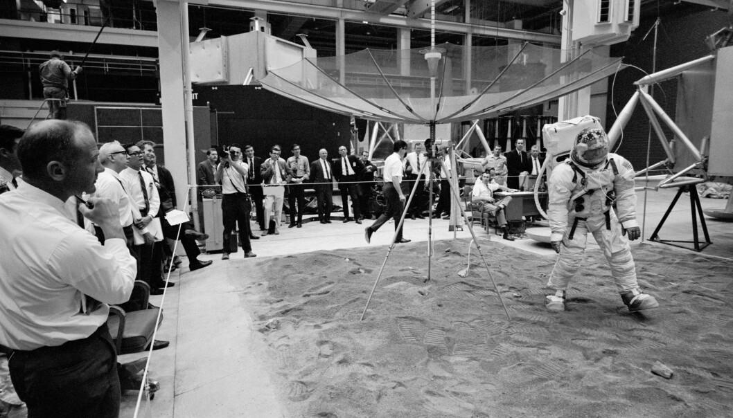 Alt må øves inn. Her kikker Buzz Aldrin fra sidelinja (til venstre) mens Don L. Lind tester ut en antenne og noen eksperimenter som skal settes opp på måneoverflata. (Foto: NASA)